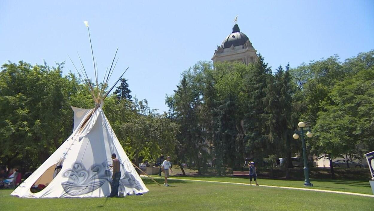 Un tipi est érigé devant le Palais législatif à Winnipeg.