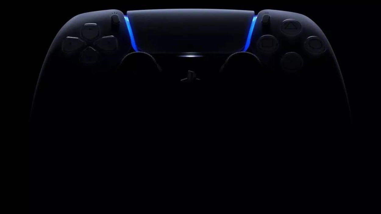 Une manette de PlayStation 5, dans le noir.