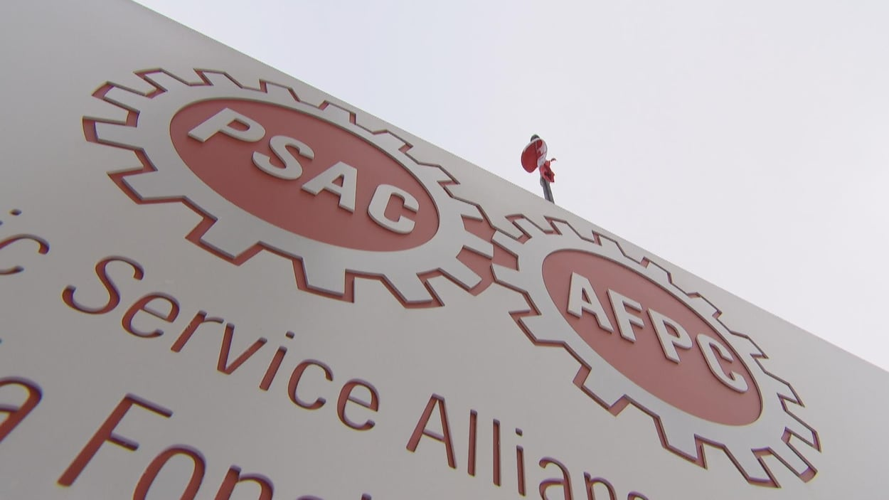 Une affiche extérieure comporte le logo de l'Alliance.