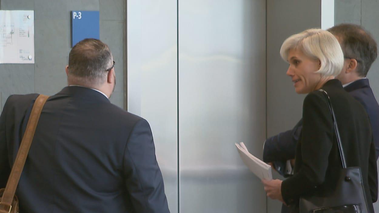 Marie-Frédérique Allard attend un ascenseur dans les couloirs du palais de justice de Québec.