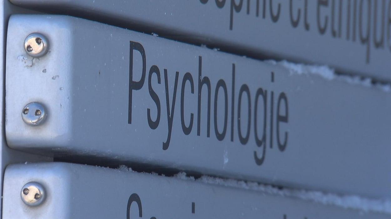 Sur une quarantaine d'internes inscrits l'an prochain, la moitié n'aurait pas accès à la bourse de 25 000 $ promise par Québec. Ici, on voit une affiche du département de psychologie de l'Université de Sherbrooke.