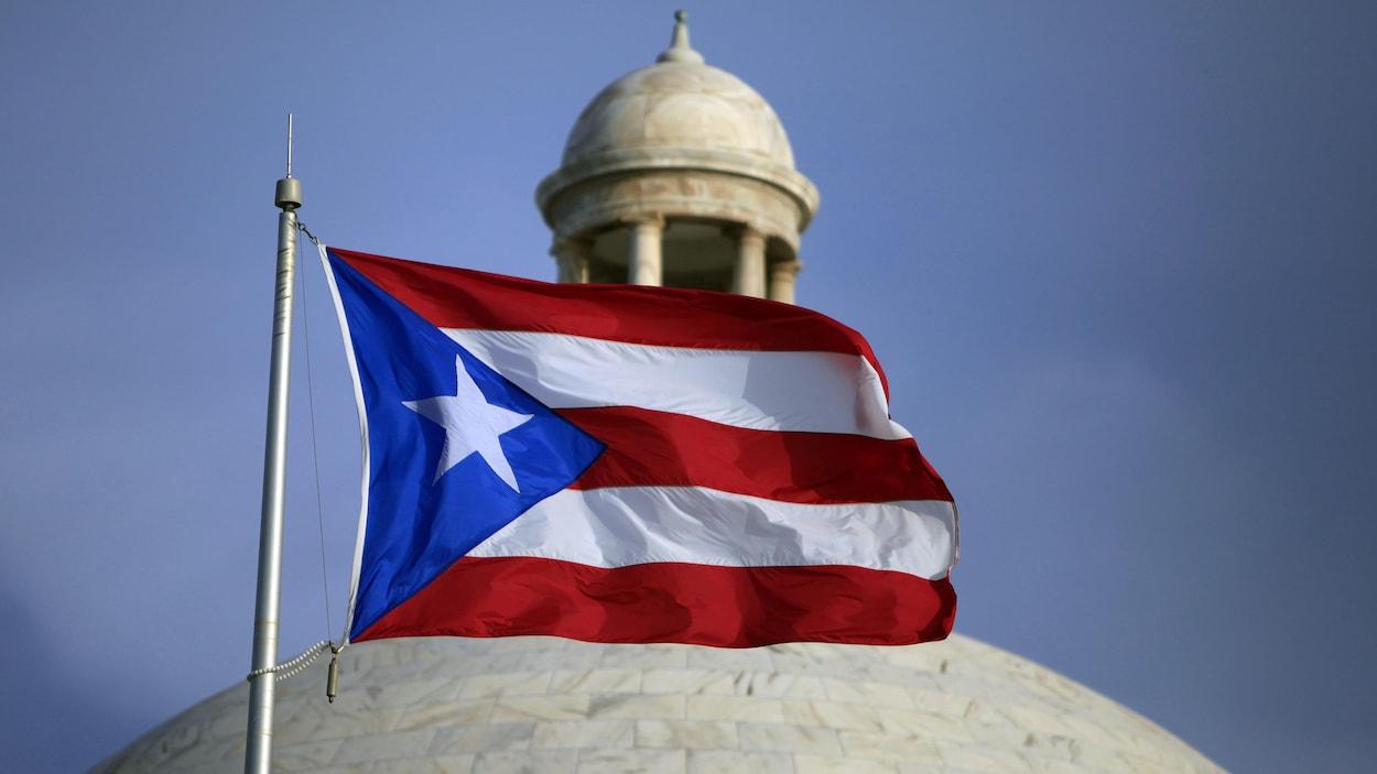 Le drapeau portoricain flotte dans un ciel bleu.