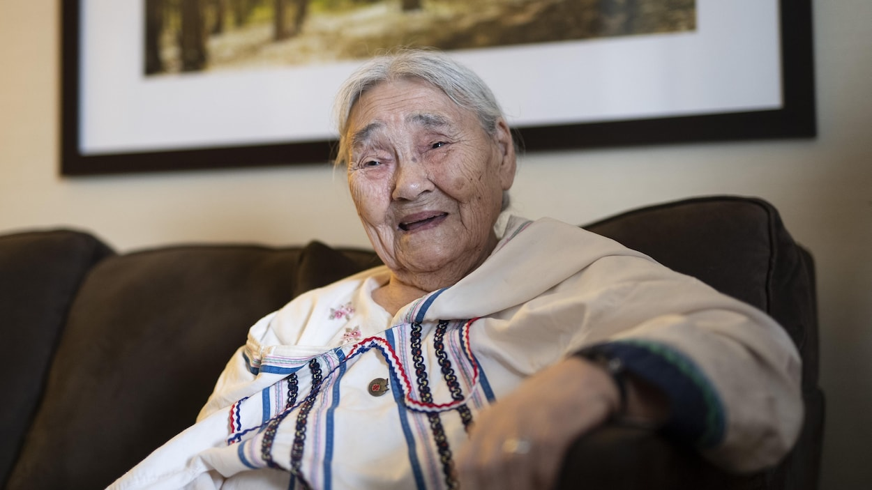 Un portrait de l'Inuk Qaapik Attagutsiak lors d'un événement à Ottawa, où le gouvernement fédéral a reconnu ses efforts durant la Seconde Guerre mondiale.