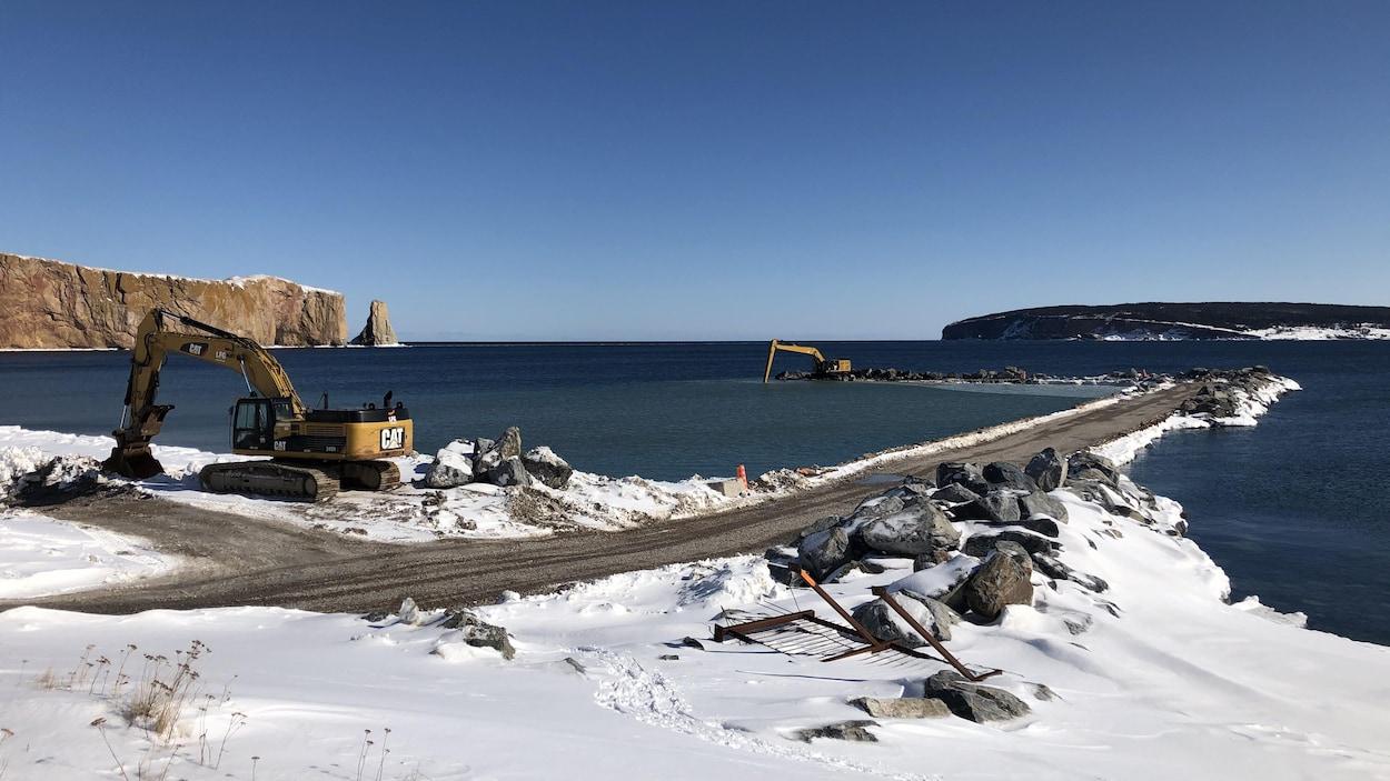 Des travaux aux abords d'un quai et sur le quai devant le rocher Percé
