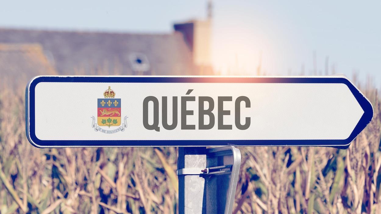 Un panneau avec les armoiries du Québec ainsi que le mot « Québec ».