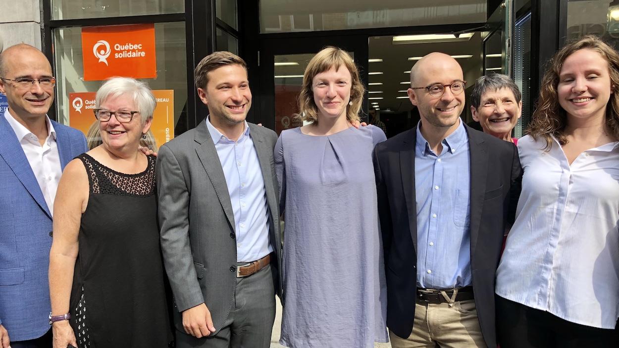 Gabriel Nadeau-Dubois entouré de candidats solidaires.