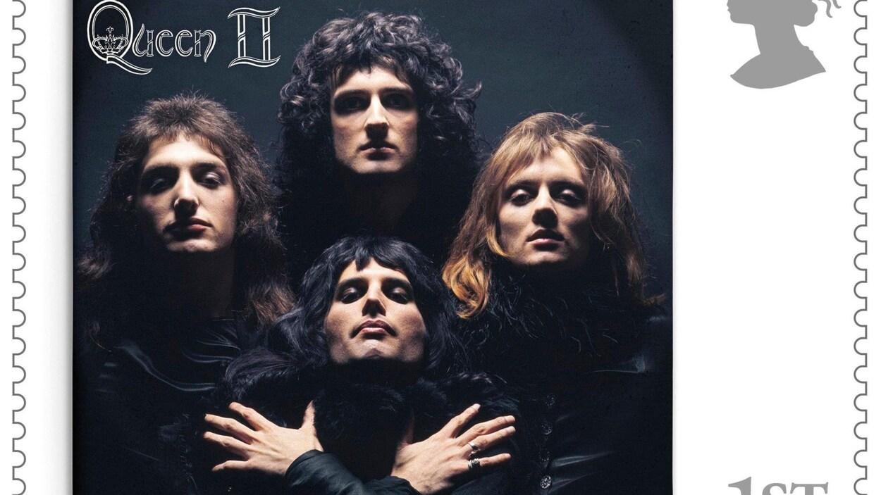 Les quatre membres du groupe posent en noir.