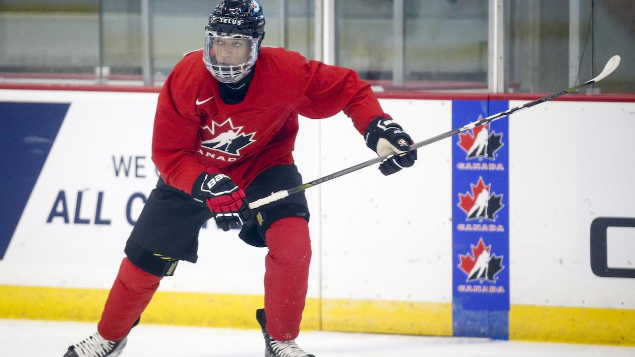 Quinton Byfield en position de tir sur la patinoire.