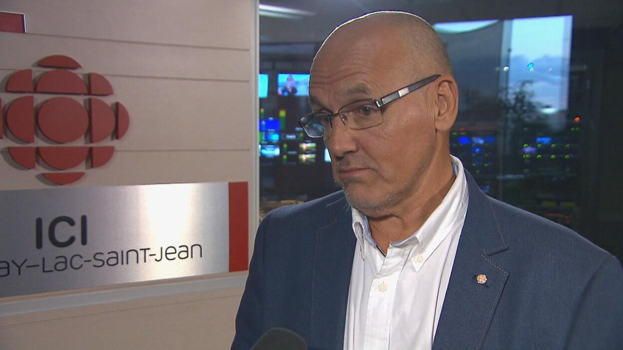 Denis Bouchard se trouve dans la salle des nouvelles de Radio-Canada, à Saguenay.