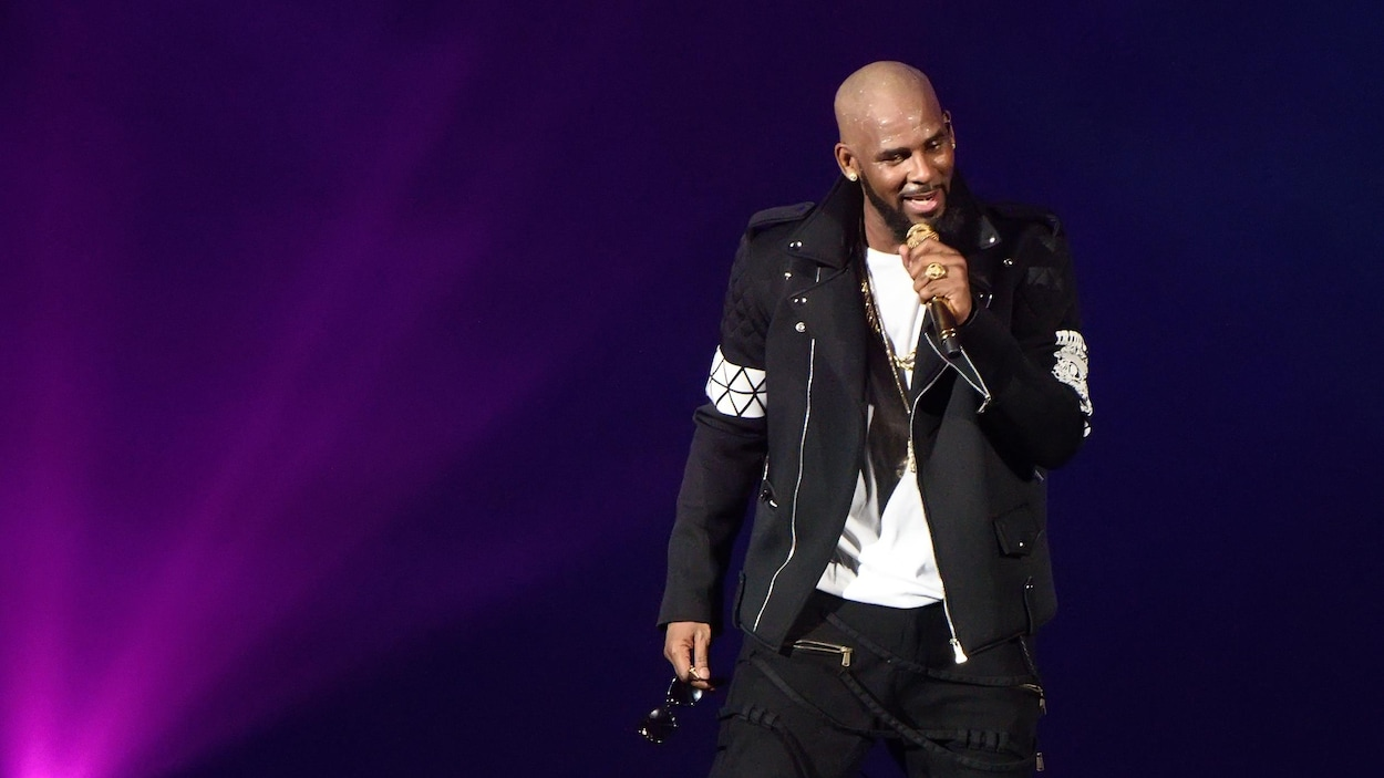 R. Kelly chante durant un concert à Chicago le 7 mai 2016 lors de sa tournée « The Buffet Tour ».