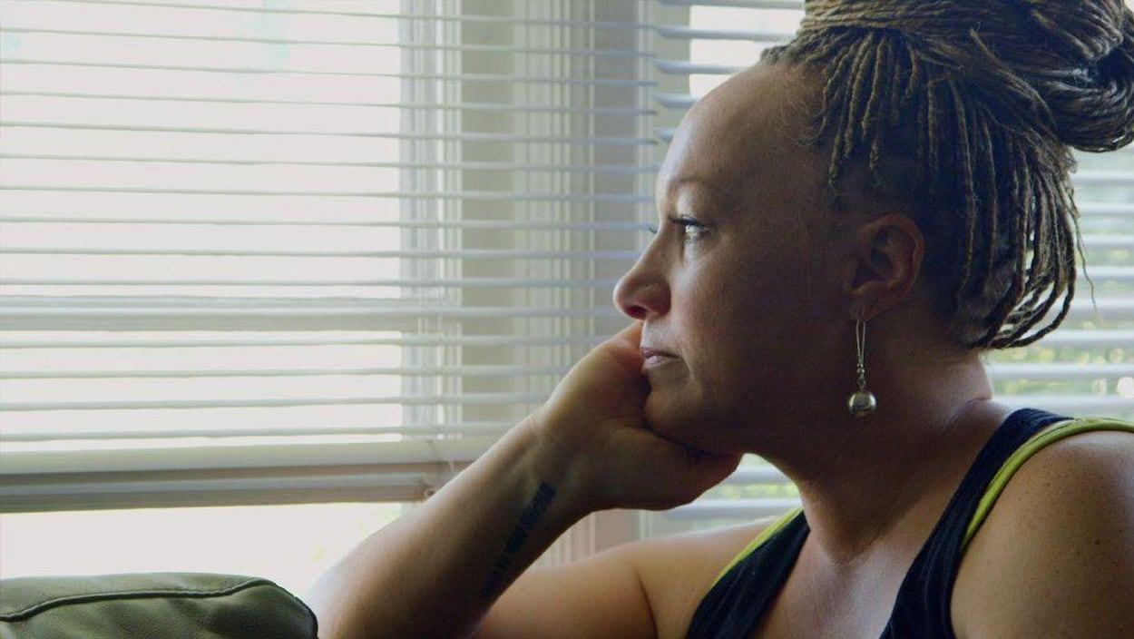 La militante Rachel Dolezal  regarde par la fenêtre.