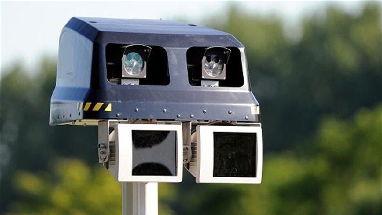 Les radars photo peuvent être fixes ou mobiles. Le radar prend un cliché du numéro d'immatriculation de l'automobiliste contrevenant et l'amende lui est envoyée par la poste.