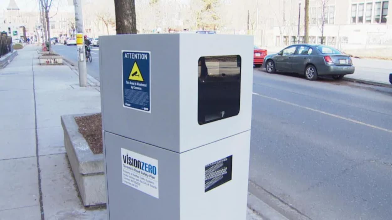 Un radar photo près d'une rue à Toronto.