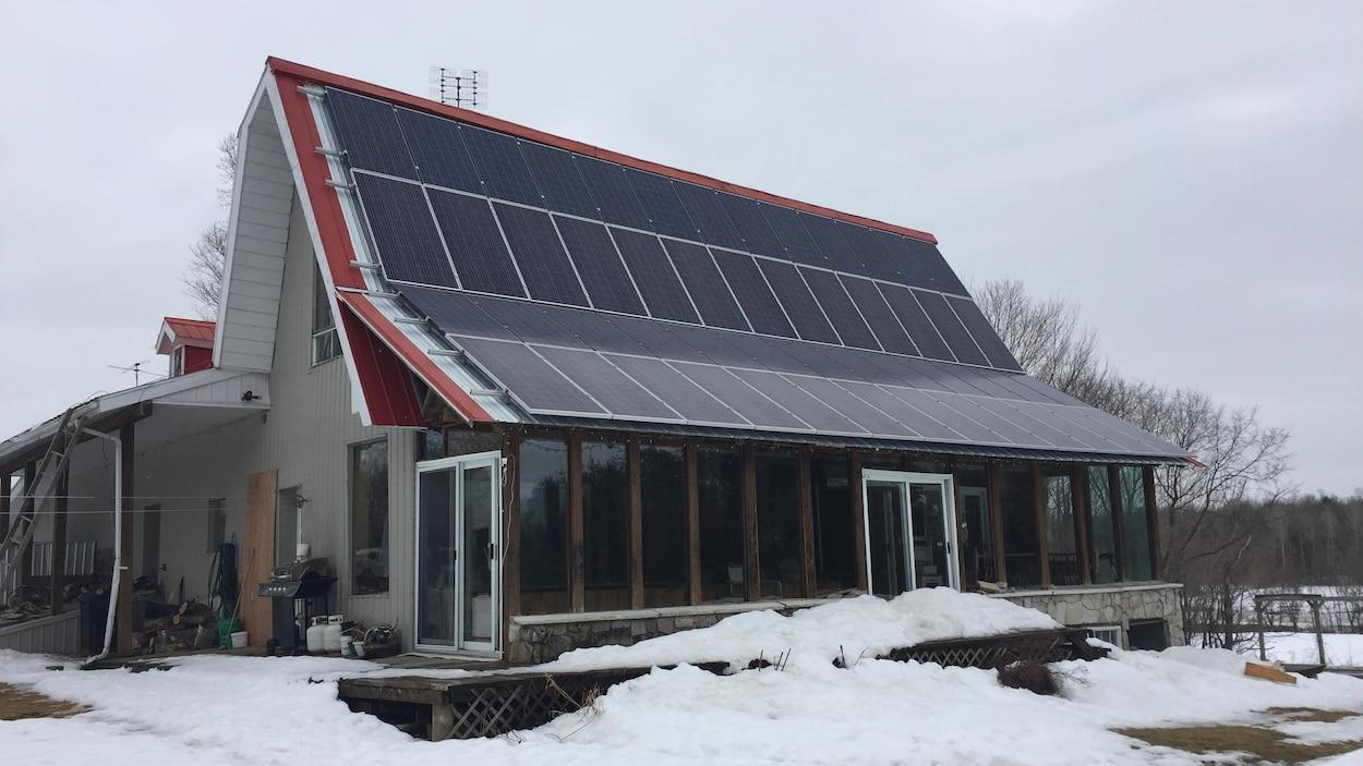 Des panneaux solaires sur le toit d'une résidence à Hemmingford.