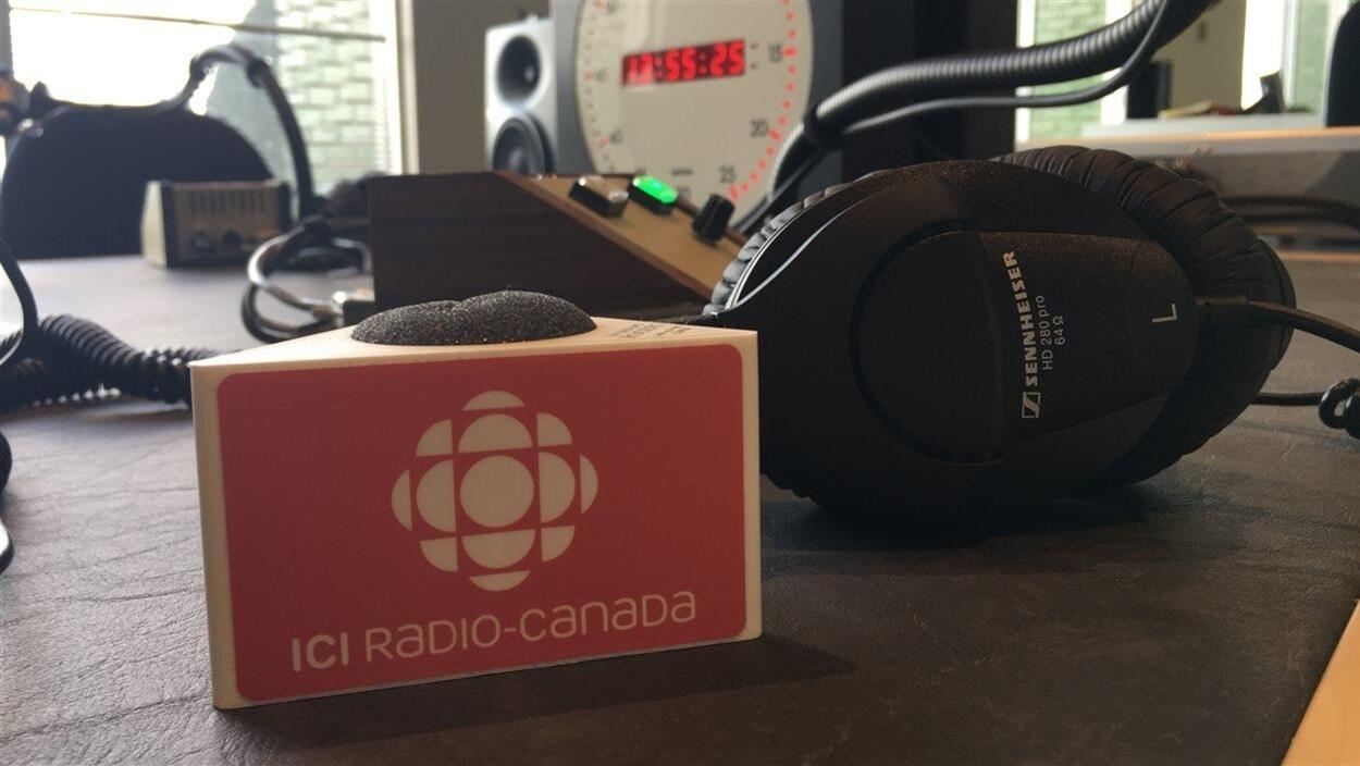 Des écouteurs et une bague de micro portant le logo de Radio-Canada