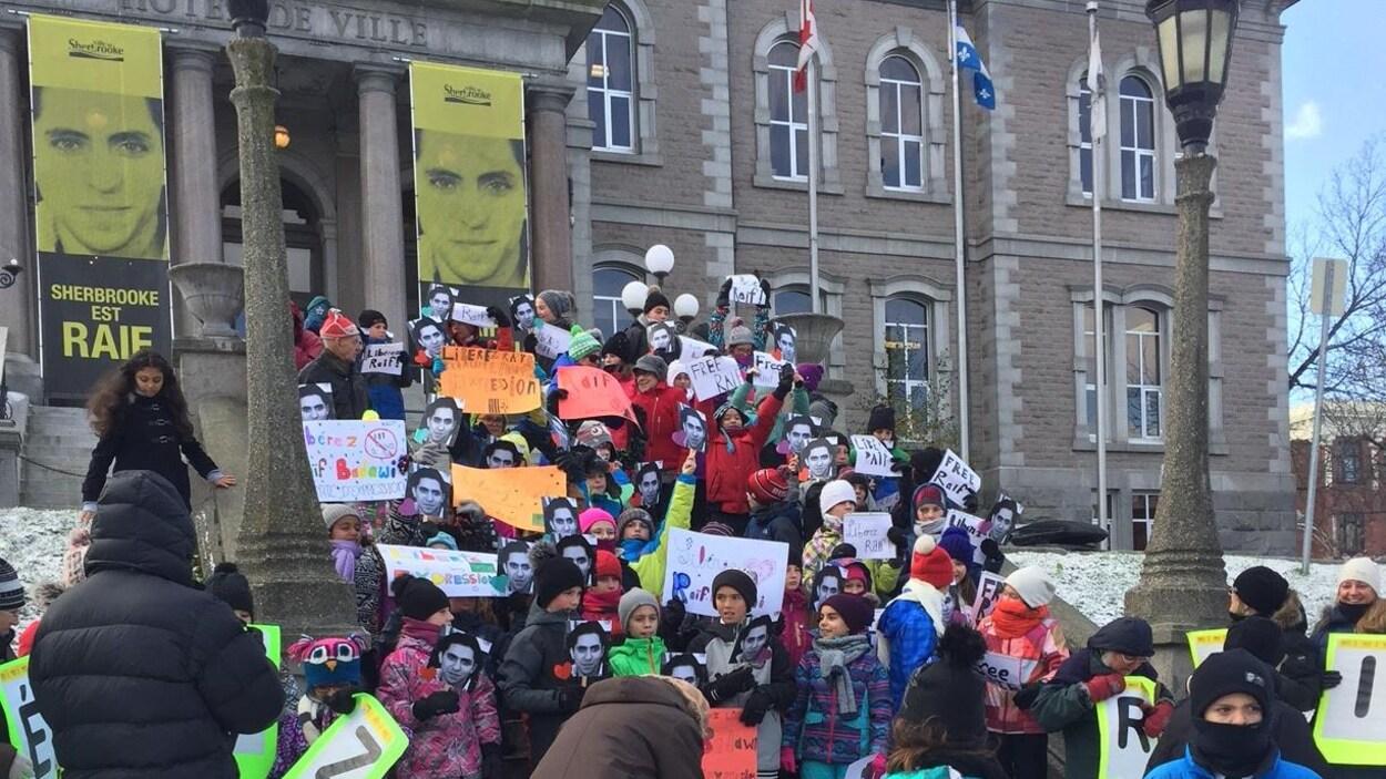 Des élèves de l'École primaire Plein Soleil de Sherbrooke ont participé au rassemblement.