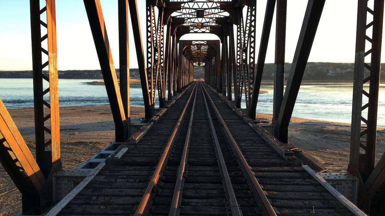 Plusieurs ponts entre Caplan et Gaspé ont besoin de réparations afin de permettre la circulation des marchansises sur l'ensemble du tronçon soit de Matapédia à Gaspé. Pour le moment le train arrête à Caplan.