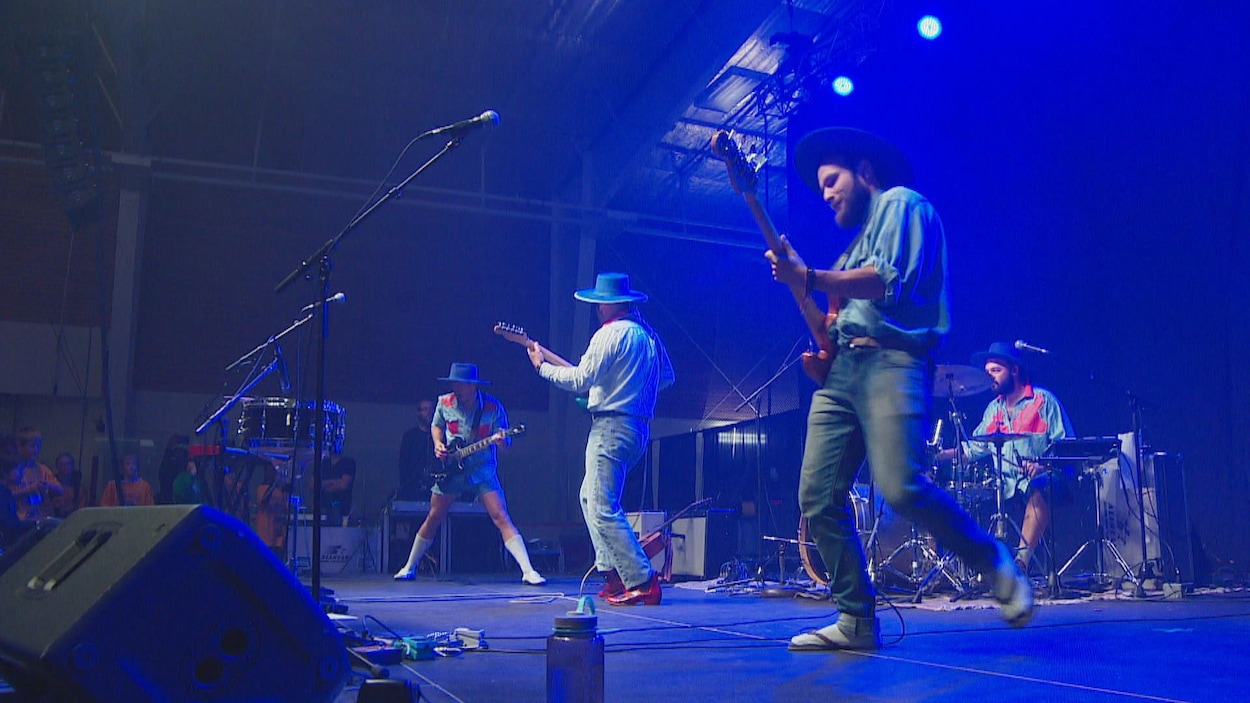 Un groupe de musique sur scène.