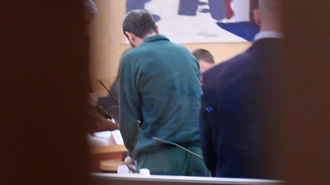 Rakhmat Akilov, vu de dos, dans un tribunal.