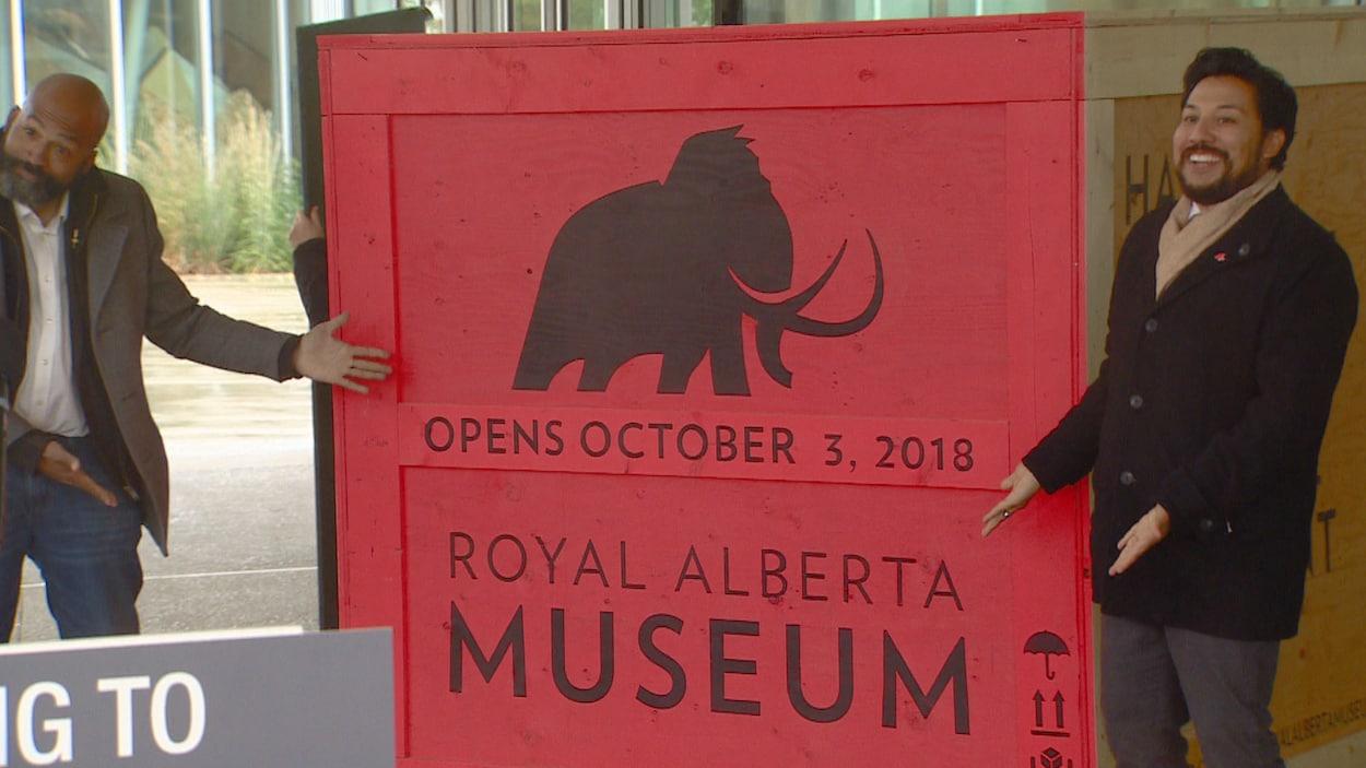 Le député David Shepherd et le ministre Miranda dévoile fièrement une plaque indiquant la date d'ouverture du musée.