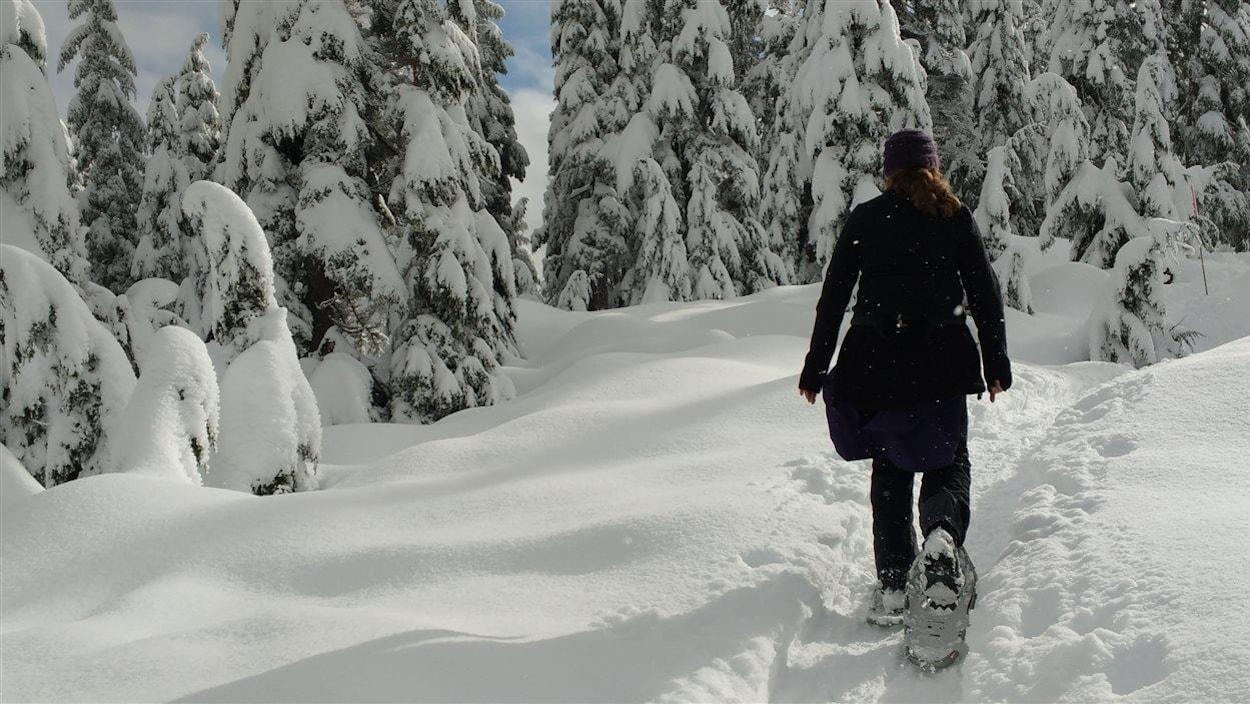 Une femme pratique de la raquette sur la montagne Cypress à West Vancouver en Colombie-Britannique.
