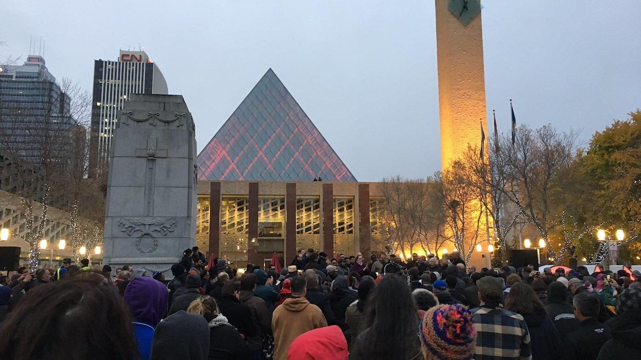 Des Edmontoniens devant la mairie d'Edmonton