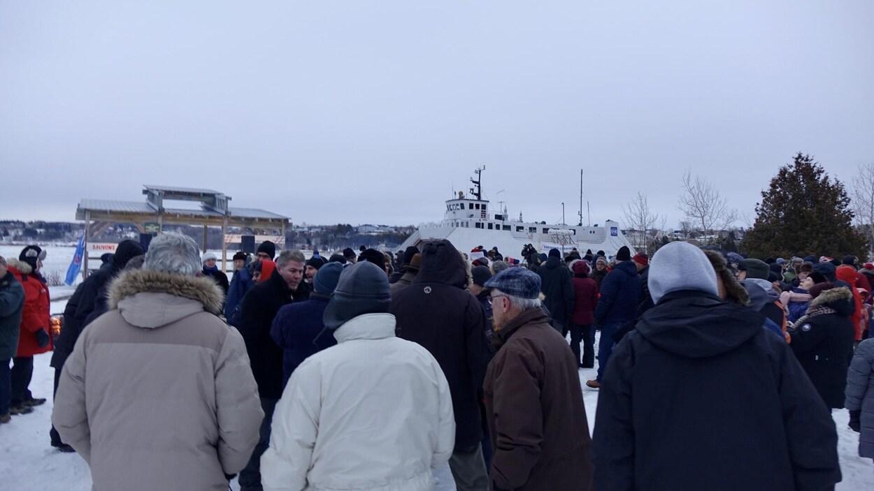 Beaucoup de monde avec le bateau en arrière-plan.