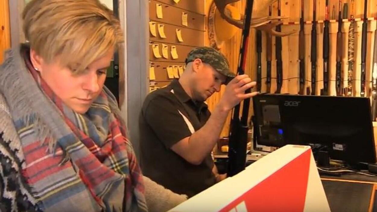 Micheline et Daniel Malo, propriétaires de Rat River Outdoors à Saint-Pierre-Jolys au Manitoba, dans leur magasin.