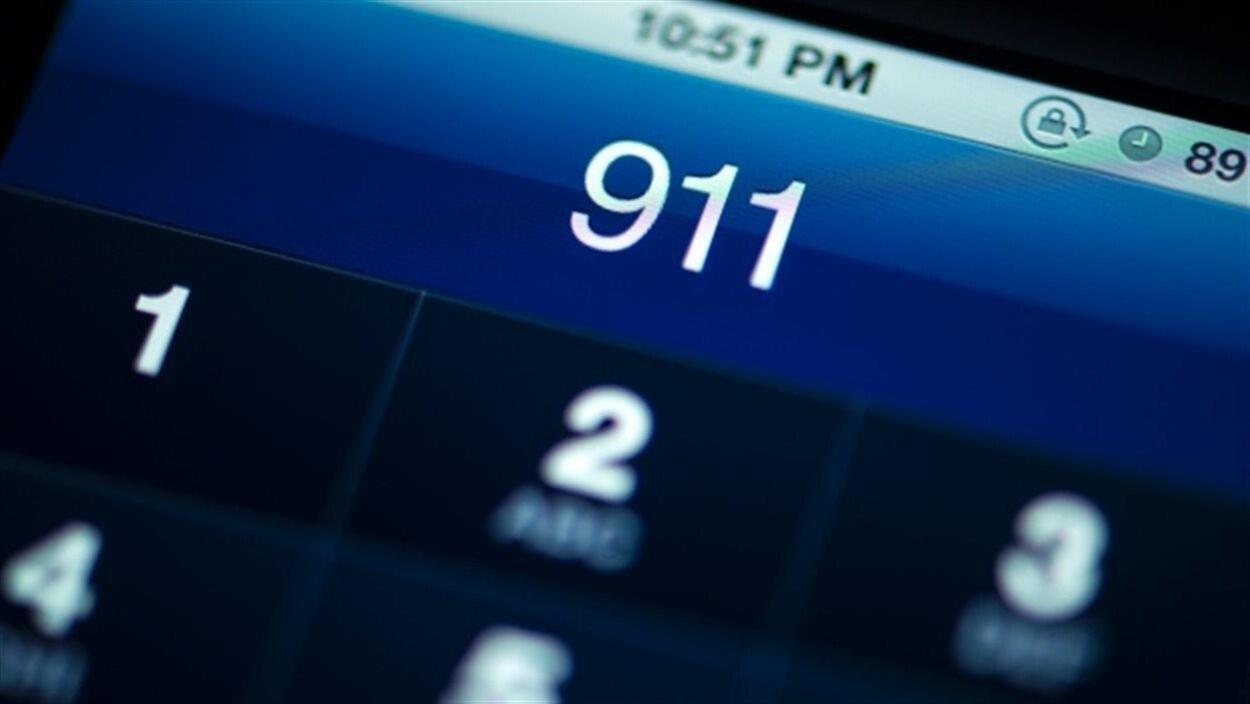 Écran d'un téléphone cellulaire qui indique le chiffre 911