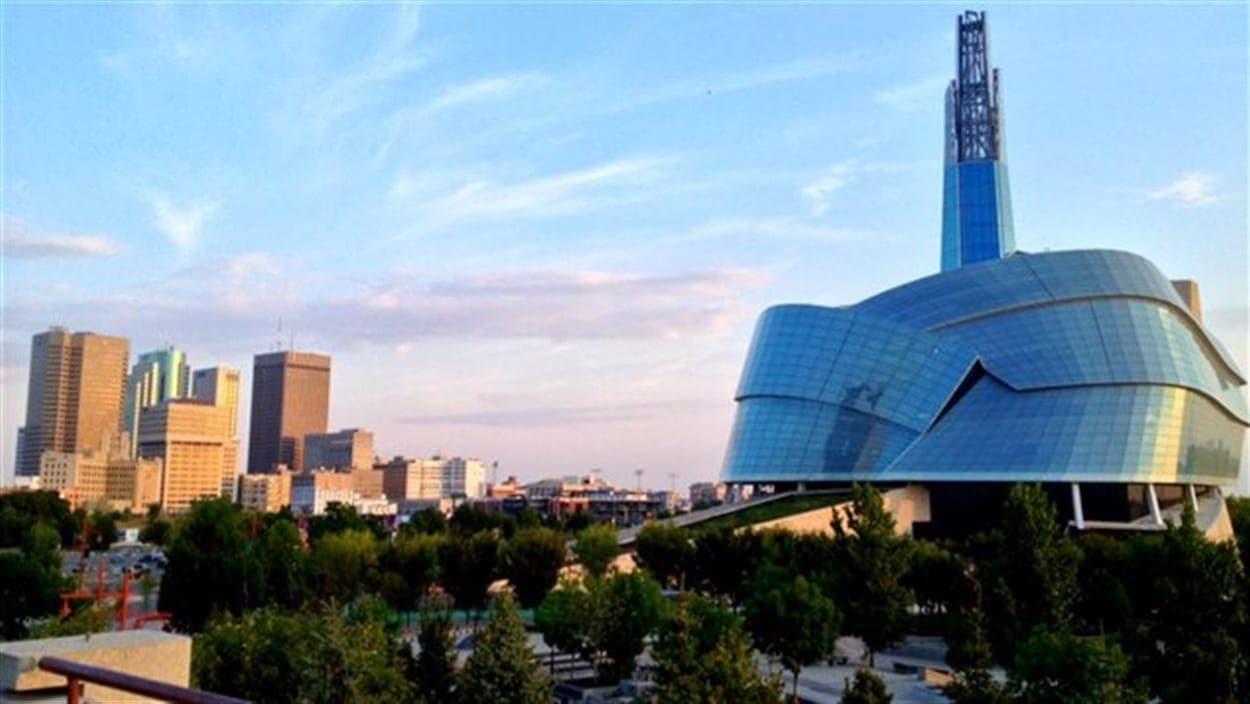 Le centre-ville de Winnipeg et le Musée des droits de la personne inauguré en 2014.