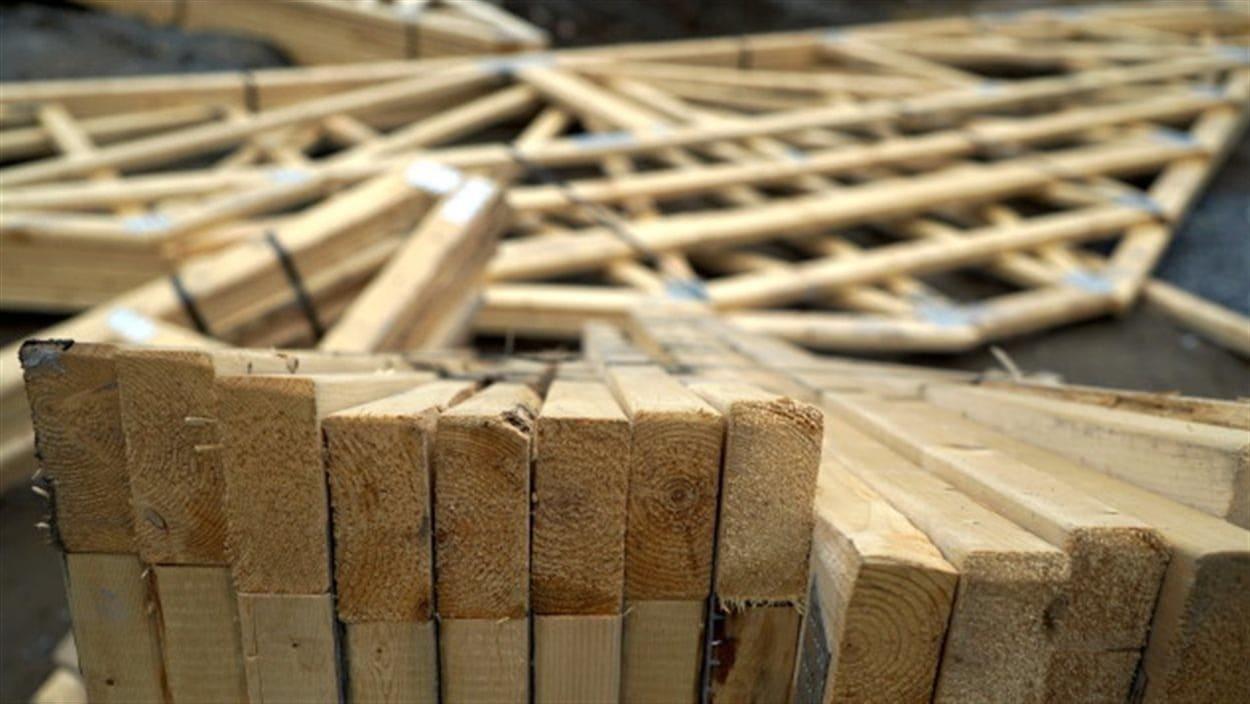Des planches de bois sur un chantier de construction.