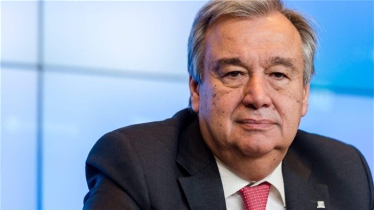 Le secrétaire général de l'ONU, Antonio Guterres, devant un fond bleu