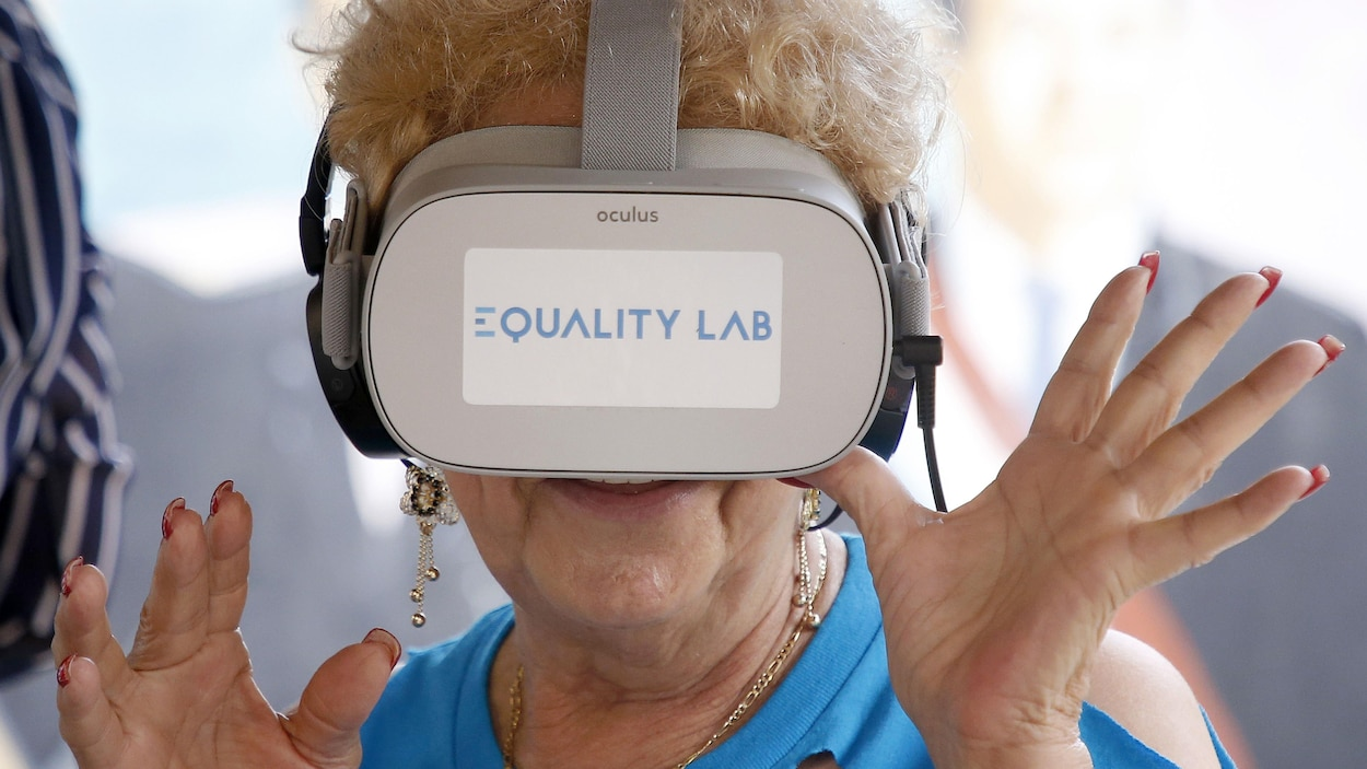 Une dame porte un casque de réalité virtuelle.