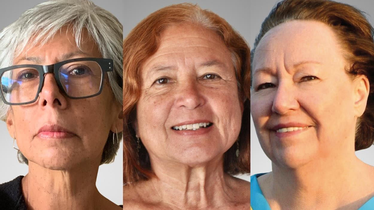 Trois femmes posent devant un fond gris.