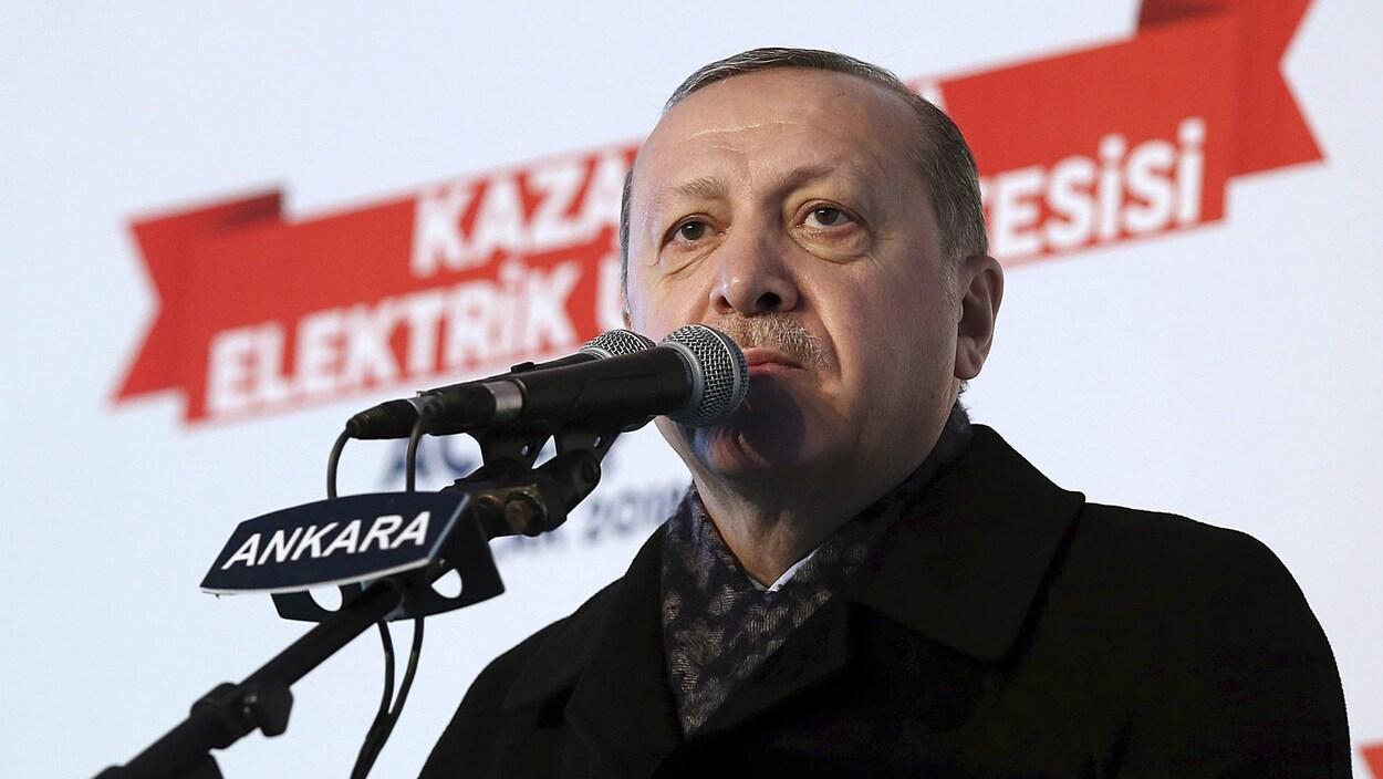 Recep Tayyip Erdogan, devant un micro.