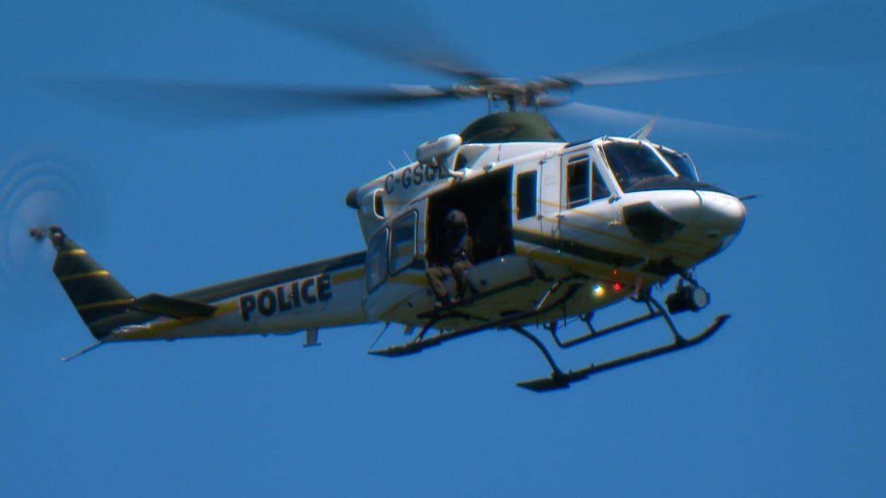 Un hélicoptère de la Sûreté du Québec en vol