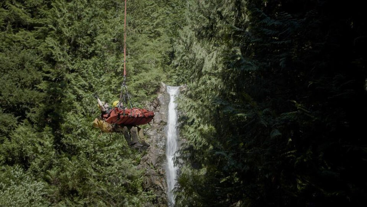 Un randonneur tiré par une palangre et un hélicoptère de la région de Norvan Falls.
