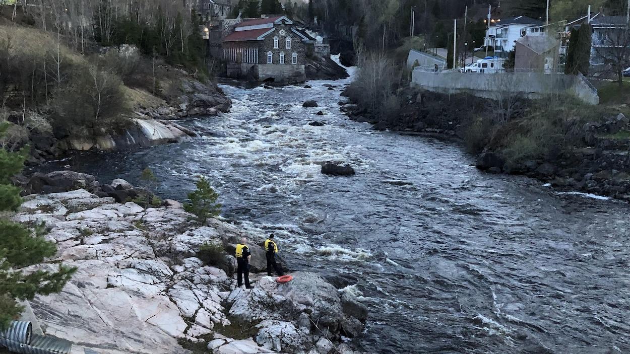 Des patrouilleurs qui scrutent la rivière Chicoutimi