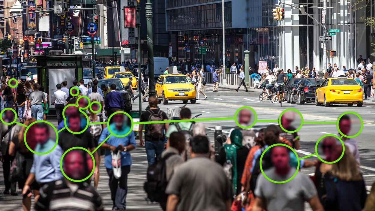 Des cercles apparaissent devant le visage de plusieurs personnes marchant dans la rue.