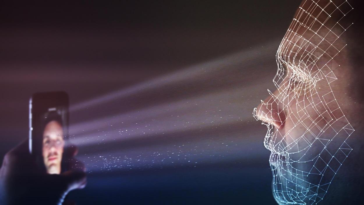 Un homme tient un téléphone devant son visage, sur lequel sont projetés des dizaines de points blancs.