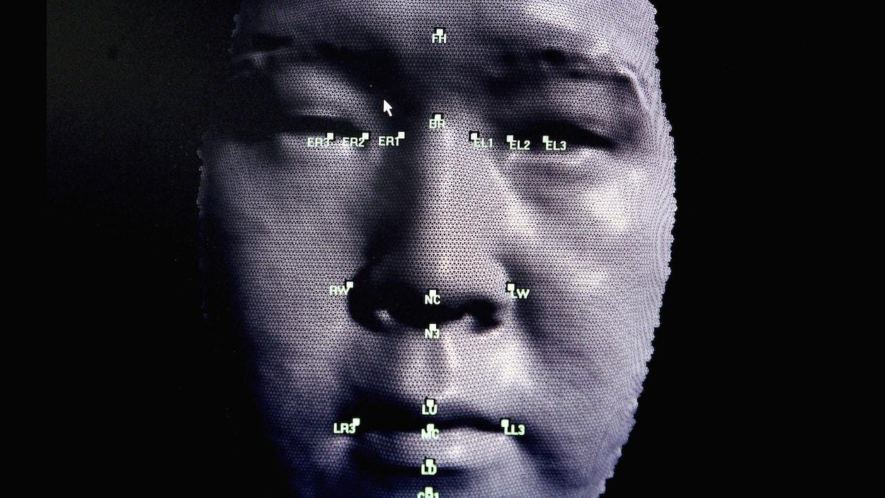 Image d'un logiciel de reconnaissance faciale avec la modélisation 3D d'un visage.
