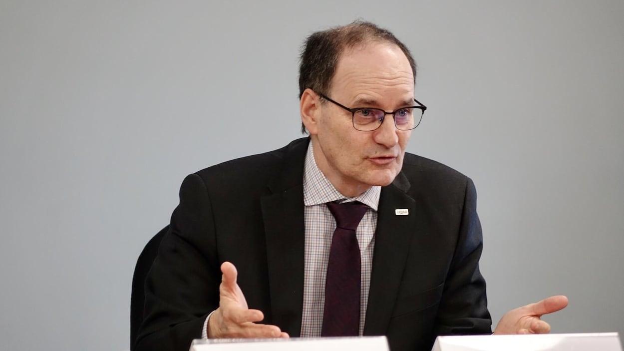 Jean-Pierre Ouellet, recteur de l'Université du Québec à Rimouski, parle lors d'une conférence de presse.