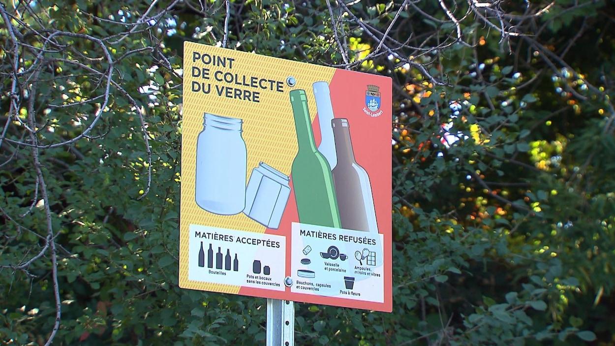Une affiche d'un point de collecte du verre