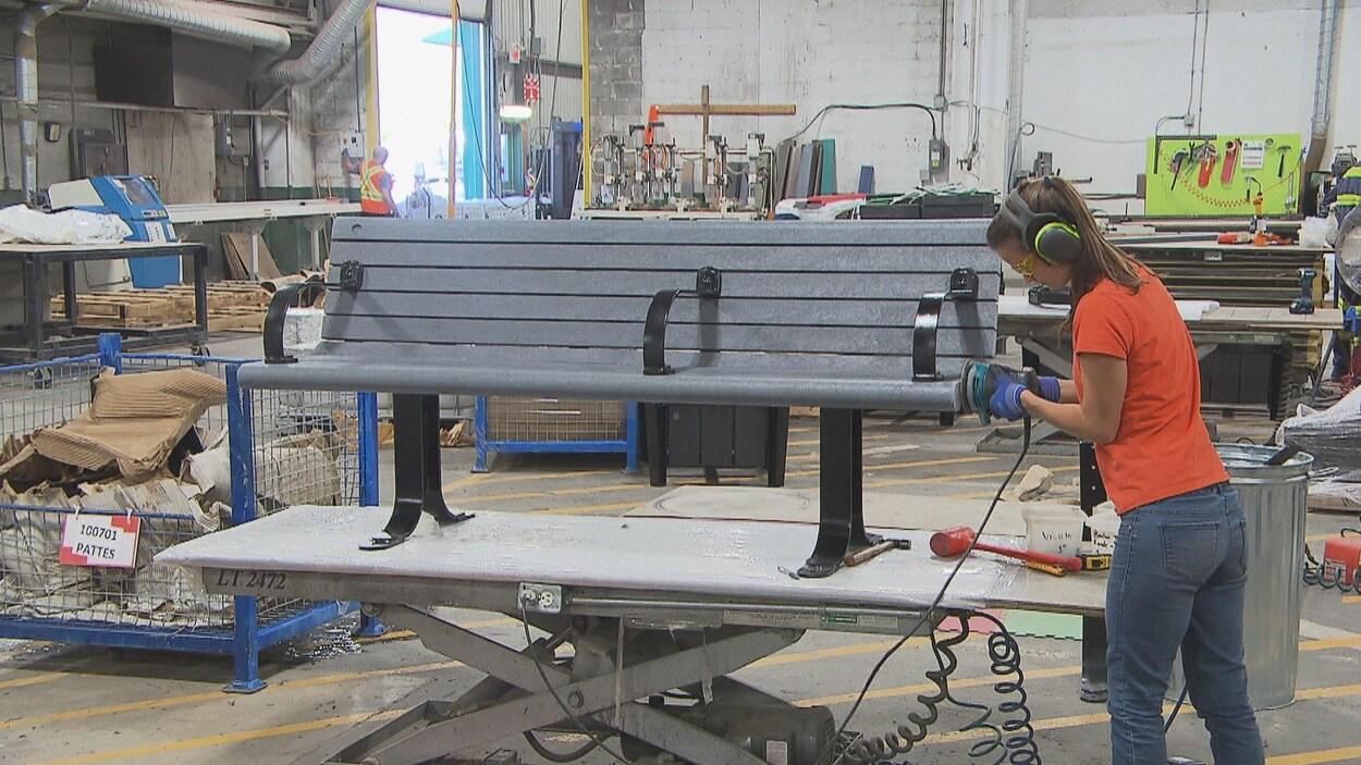 Produits Re-Plast utilise des sacs plastiques, contenants de lessives, et pots de yogourt, notamment, pour créer du mobilier urbain.