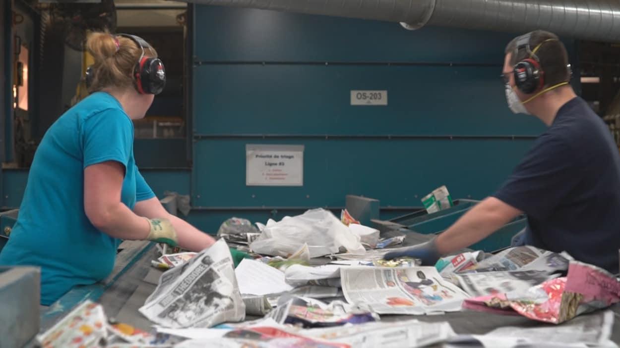Des travailleurs dans une usine de recyclage
