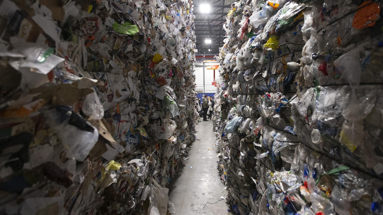 Des colonnes de matières recyclables au centre de tri de Montréal.