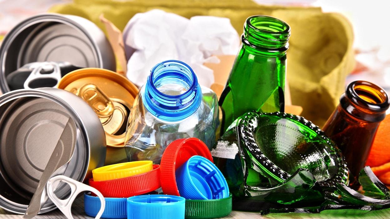 Des objets faits de matières recyclables : boîtes de conserve en métal, bouteilles de verre, bouchons de plastique.
