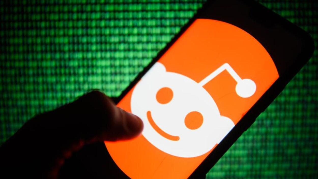 Le logo de Reddit sur l'écran d'un téléphone intelligent.