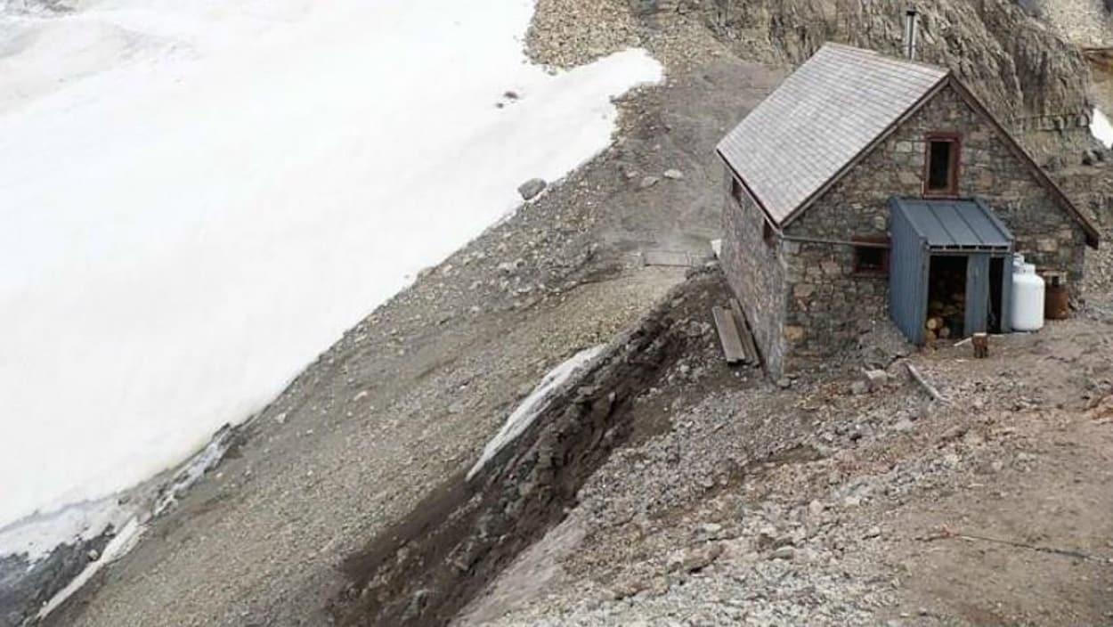 Une importante érosion de terrain est visible le long de la pente qui se trouve au pied du refuge du Col Abbott