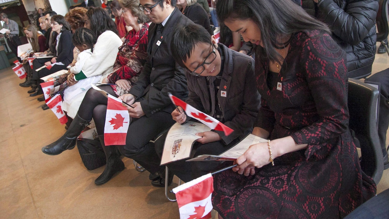 Une famille obtient la citoyenneté canadienne lors d'une cérémonie officielle.